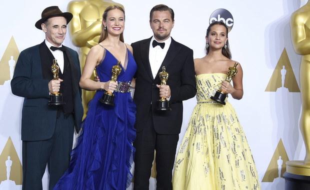 """W Los Angeles w słynnym Dolby Theatre zakończyła się 88. gala rozdania Oscarów. Amerykańska Akademia Filmowa ogłosiła, że najlepszym filmem roku został """"Spotlight"""" w reżyserii Toma McCarthy'ego, najlepszym aktorem został z kolei Leonardo DiCaprio, a najlepszą aktorką - Brie Larson. Ogromny sukces odniósł również film """"Mad Max: Na drodze gniewu"""" - obraz zdobył aż 6 statuetek, choć głównie w kategoriach technicznych. """"Zjawa"""", która była nominowana w aż 12 kategoriach, zdobyła trzy statuetki: za reżyserię, zdjęcia i dla najlepszego aktora pierwszoplanowego."""