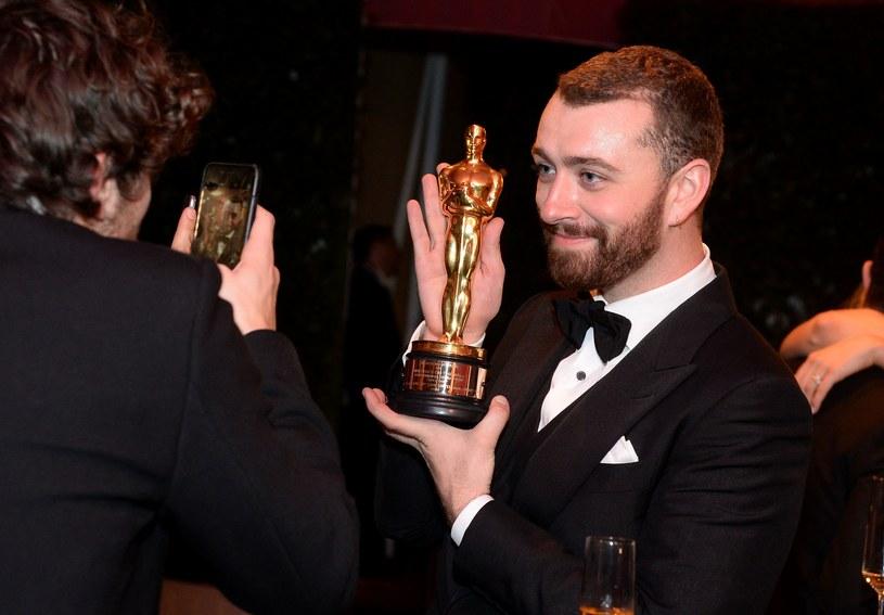 """Brytyjski wokalista Sam Smith, wykonawca nagrodzonej Oscarem piosenki """"Writing's on the Wall"""" z filmu """"Spectre"""", dziękując za wyróżnienie Akademii, przypomniał głośną wypowiedź Iana McKellena, w której odtwórca roli Gandalfa ubolewał nad brakiem otwarcie przyznających się do homoseksualizmu laureatów Oscarów. Twitter błyskawicznie zareagował na jego wystąpienie."""