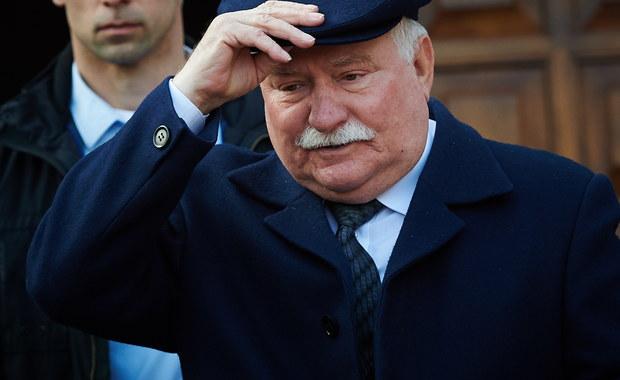 """""""Jestem gotowy poddać się badaniu na wariografie. Nigdy nie było mojej zdrady"""" – tak Lech Wałęsa podczas czatu z internautami portalu Wykop.pl odpowiadał na pytania w sprawie swojej współpracy z SB. Wałęsa stwierdził, że """"jest w stanie udowodnić, że te dokumenty zostały dorzucone, że do Kiszczaka torby dorzucono nowe dokumenty"""". Kolejny raz zapowiedział, że """"złoży sprawę w sądzie"""". """"Wtedy im wybaczałem, ale teraz - w Wolnej Polsce - nie wybaczę"""" - odpowiadał Wałęsa. To na Wykopl.pl w swoim mikroblogu były prezydent do tej pory odnosił się do ujawnionych przez Instytut Pamięci Narodowej dokumentów. Znalazły się tam m.in. teczka personalna i teczka pracy TW """"Bolka"""", a w nich m.in. odręcznie napisane zobowiązanie do współpracy, podpisane: Lech Wałęsa """"Bolek"""", doniesienia """"Bolka"""", notatki funkcjonariuszy SB ze spotkań z nim oraz katalog wypłat dla TW """"Bolek"""". Dokumenty znajdujące się w obu teczkach obejmują lata 1970-1976."""