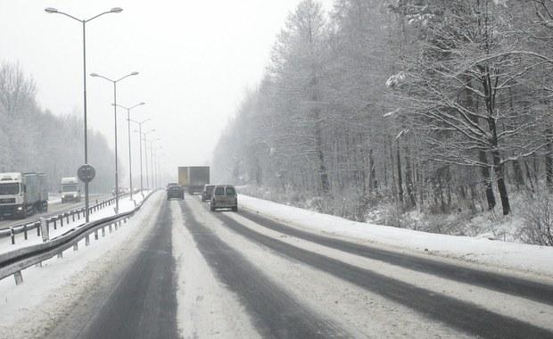 """Jedna osoba zginęła, a jedna została ranna w czołowym zderzeniu dwóch aut na wysokości Piotrowic drodze łączącej krajową """"35"""" i """"5"""" na Dolnym Śląsku. To tzw. łącznik świdnicki z autostradą A4. Samochody prawdopodobnie wpadły w poślizg. Warunki do jazdy w całym regionie są fatalne."""