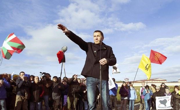 Arnaldo Otegi, czołowy baskijski separatysta i były bojownik ETA, wyszedł we wtorek na wolność po ponad 6 latach spędzonych w hiszpańskim więzieniu za przynależność do organizacji terrorystycznej. Zanim trafił za kratki, Otegi był uważany za politycznego przywódcę baskijskiego ruchu niepodległościowego.
