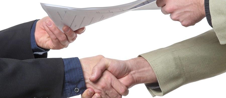 Umowa o pracę ma mieć formę pisemną, a jeśli nie została tak zawarta, pracownik przed podjęciem pracy musi otrzymać na piśmie potwierdzenie jej warunków - takie są założenia projektu zmian w Kodeksie pracy, który przyjął rząd. Obecnie umowę o pracę należy potwierdzić pracownikowi w dniu podjęcia pracy - czyli do końca tego dnia. Podczas kontroli inspekcji pracy osoby, które takiej umowy nie mają, wskazywane są jako pracujące pierwszy dzień. Zdaniem PIP, najczęściej jest to informacja nieprawdziwa, a przepis służy pracodawcom do nielegalnego zatrudniania.