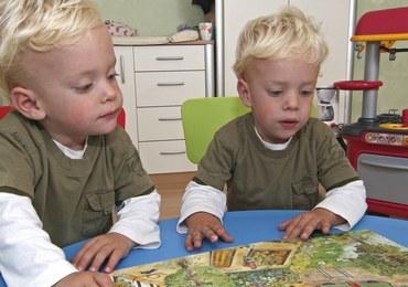 Ojciec rocznych bliźniaków chce wytatuować jedno z nich, bo nie może ich odróżnić