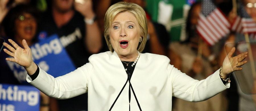 We wtorkowych prawyborach prezydenckich była sekretarz stanu USA Hillary Clinton wygrała wśród demokratów w siedmiu, a senator Bernie Sanders w czterech mniejszych stanach. Oznacza to, że Clinton zdobyła znacznie więcej delegatów na lipcową konwencję partii. Miliarder Donald Trump wygrał we wtorek prawybory Partii Republikańskiej (GOP) w siedmiu stanach, ale jego przewaga nad rywalami nie była tak wielka jak zapowiadały sondaże. Senator Ted Cruz wygrał w trzech stanach, a senator Marco Rubio w jednym.