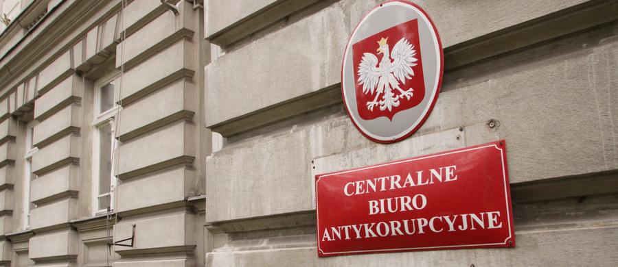 Zmowa przetargowa przy zakupie przez Instytut Meteorologii i Gospodarki Wodnej systemów pomiarów meteorologicznych dla 7 polskich lotnisk cywilnych. Wykryło ją Centralne Biuro Antykorupcyjne. Wartość kontraktu przekracza 20 milionów złotych.