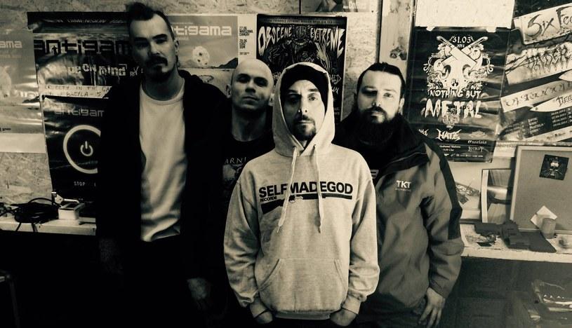 """""""First Kill Under A Full Moon"""" - to tytuł nowego splitu z udziałem postępowych grindcore'owców z warszawskiej Antigamy."""