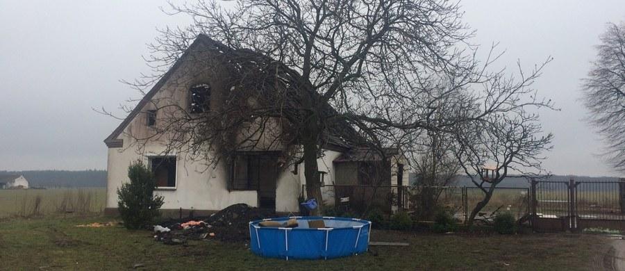 Wielkopolskie Duszniki i cała Polska pomaga rodzinie, która na początku tygodnia straciła dwójkę dzieci w pożarze. Ktoś podarował im mieszkanie, dopóki nie będą mieli swojego domu. Firmy dzwonią, że pomogą im odbudować dom. Ludzie przynieśli ubrania, sprzęty, także wózek dla dziecka. Wszystko to dla rodziny, która jeszcze w poniedziałek nie potrzebowała niczyjej pomocy.
