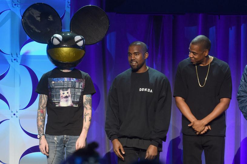 Na początku marca sieć obiegło zdjęcie, jak Kanye West szuka na torrentach programu stworzonego przez firmę Deadmau5a. Następnie dwóch artystów wymieniło kilka nieuprzejmych wpisów na Twitterze.