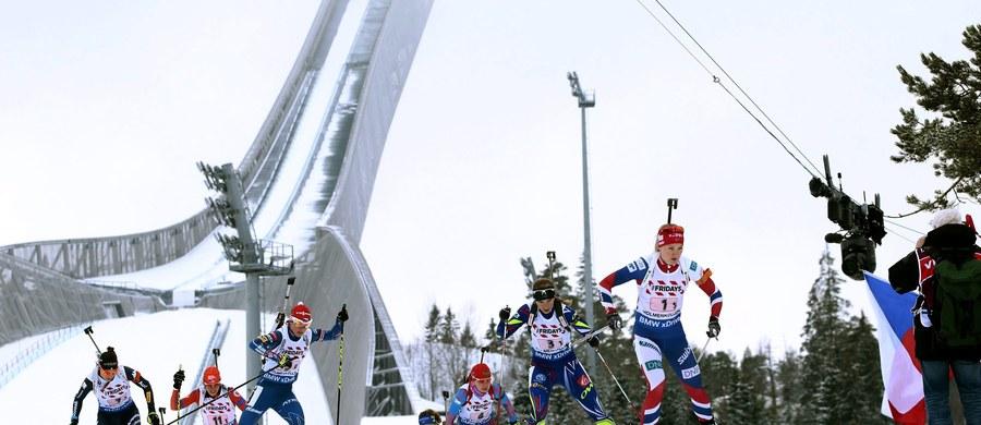 Reprezentacja Francji wygrała sztafetę mieszaną, inaugurującą biathlonowe mistrzostwa świata w Oslo-Holmenkollen. Srebro wywalczyli Niemcy, a po brąz sięgnęli Norwegowie. Polacy zajęli 20. miejsce.