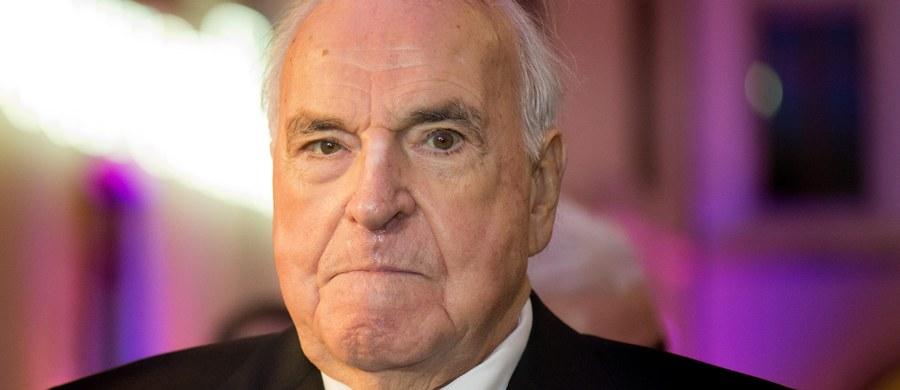 """Były kanclerz Niemiec Helmut Kohl żąda 5 mln euro odszkodowania za wydanie książki z jego wypowiedziami, które opublikowano bez jego zgody. Krytykuje on w nich swoich kolegów po fachu, m.in. Angelę Merkel, o której mówi, że """"o niczym nie ma zielonego pojęcia"""". Autorem książki """"Dziedzictwo. Protokoły Kohla"""" jest Tilman Jens i Heribert Schwan. Ten ostatni był autorem przemówień Kohla."""