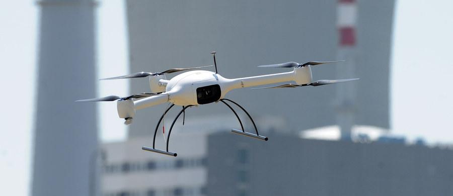 Nowe przepisy dotyczące obsługi dronów mogą zacząć obowiązywać najwcześniej za kilka tygodni. Znowelizowane prawo dzieli użytkowników dronów na tych, którzy wykorzystują je do zabawy i na tych, którzy używają dronów do celów komercyjnych. W tym ostatnim przypadku, trzeba będzie odbyć specjalistyczny kurs. Projekt zmian w tej sprawie został już przesłany z Urzędu Lotnictwa Cywilnego do Rządowego Centrum Legislacji.