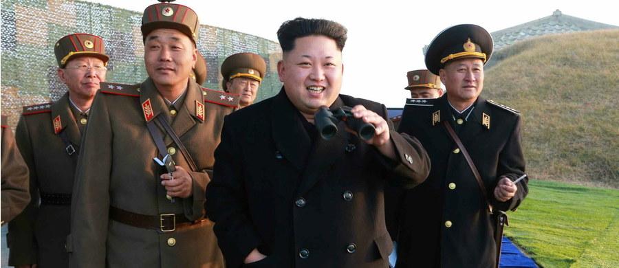 """Przywódca Korei Płn. Kim Dzong Un polecił, aby arsenał nuklearny jego kraju był gotowy do użycia """"w każdej chwili"""" a siły zbrojne gotowe do """"ataku uprzedzającego"""". Jako przyczynę tych posunięć wskazał """"wzrastające zagrożenie ze strony wrogów""""."""