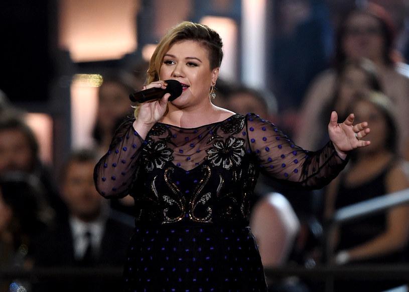 """Kelly Clarkson, która była gościem amerykańskiej edycji programu """"Idol"""", zaśpiewała na scenie swój nowy utwór. W trakcie wykonania z trudem powstrzymywała łzy i przerywała występ. Wokalistka przyznała w jednym z wywiadów, że czuła zażenowanie z tego powodu."""