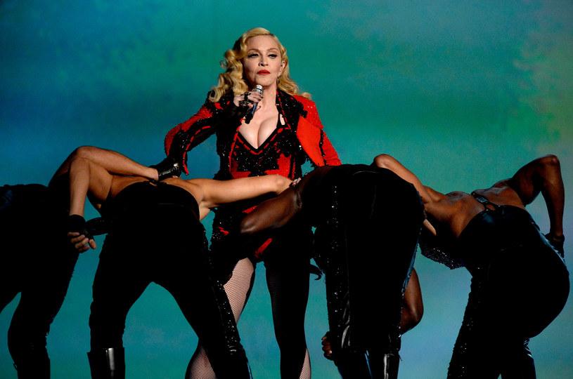 Madonna relacjonuje na Instagramie swoje przygotowania do koncertów w Nowej Zelandii. Królowa popu opublikowała swoje zdjęcie, na którym nie ma na sobie zupełnie nic od pasa w górę. Wizytę gwiazdy w Nowej Zelandii krytykuje tamtejsze biskupstwo.