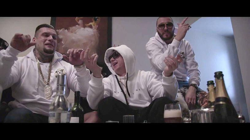 """Gang Albanii opublikował teledysk """"Riki Tiki"""", promujący album """"Ciężki gnój""""."""