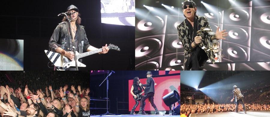"""Na scenie Tauron Areny Kraków wystąpiła legendarna grupa """"Scorpions"""". Wielkie show odbyło się z okazji 50-lecia twórczości zespołu. Jego kulminacją było rozwinięcie 180-metrowej biało-czerwonej wstęgi. Ten moment miał przypomnieć muzykom """"Scorpions"""" jak w 2000 roku, w podkrakowskim Pobiedniku Wielkim, na ich koncercie bawiło się 700 tys. osób."""