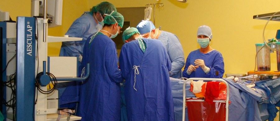 Ruszył nabór do nowatorskiej operacji odbudowy przerwanego rdzenia kręgowego. Operację dwóch pacjentów przeprowadzą lekarze z Uniwersyteckiego Szpitala Klinicznego we Wrocławiu. Pacjenci poszukiwani są na całym świecie, a zgłosić można się przez specjalną stronę internetową.