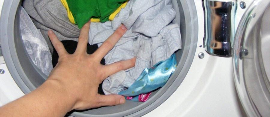 13,5 tony podrabianych żeli do prania przejęli funkcjonariusze Centralnego Biura Śledczego Policji, którzy rozbili zorganizowaną grupę podrabiającą chemię gospodarczą. Zatrzymano 6 osób, 4 z nich usłyszały zarzuty.