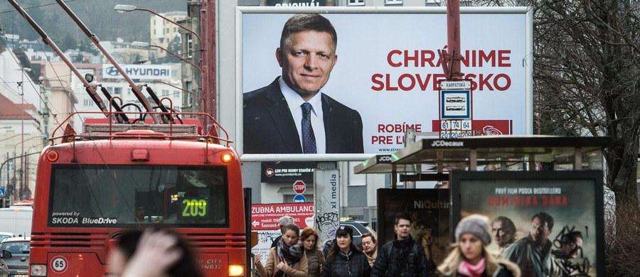 Na Słowacji o godzinie 7 otwarto lokale wyborcze i rozpoczęły się wybory do parlamentu. Wcześniejsze sondaże wskazywały na przewagę lewicowej Smer-SD premiera Roberta Fico. Kampanię wyborczą zdominowały sprawy socjalne i kwestie dotyczące migrantów.