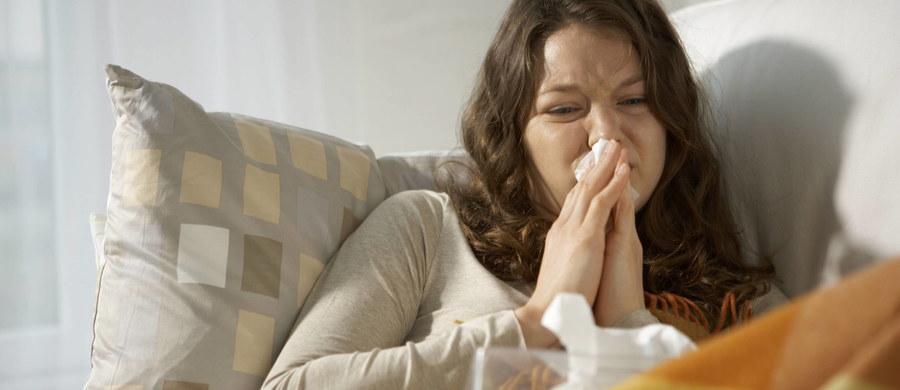 Polska znajduje się w okresie szczytu zachorowań na grypę – ocenia Główny Inspektor Sanitarny. Szczepmy się, przestrzegajmy zasad higieny, unikajmy skupisk ludzi, wietrzmy pomieszczenia - radzi. W ostatnim półroczu w kraju odnotowano śmierć 65 osób u których stwierdzono grypę.