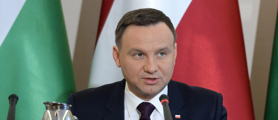 """Prezydent Andrzej Duda wyraził przekonanie, że sprawa pęknięcia opony w jego limuzynie zostanie wnikliwie zbadana. """"Taka rzecz nie powinna się zdarzyć"""" – powiedział dziennikarzom w Istebnej. Podziękował też kierowcy z BOR, który prowadził samochód."""