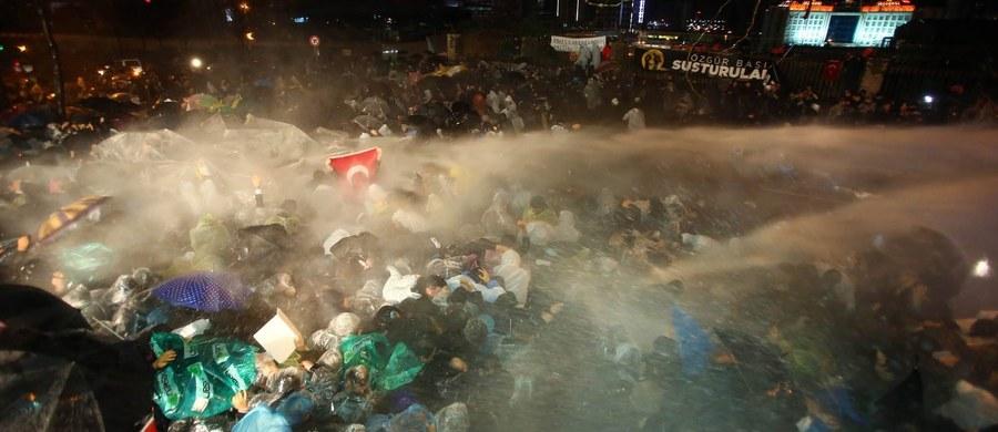 """Turecka policja użyła armatek wodnych i pocisków gumowych przeciwko demonstrantom - w większości kobietom - którzy zgromadzili się w Ankarze pod redakcją opozycyjnego dziennika """"Zaman"""". Rząd przejął pełną kontrolę nad gazetą, ustanawiając swoich """"kuratorów""""."""