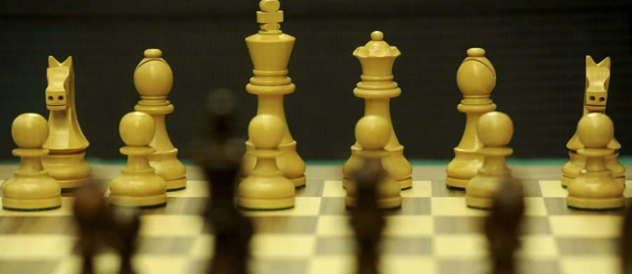Kto z nas choć raz nie siedział przy szachownicy? Pewnie każdy spróbował tej królewskiej gry, choć z pewnością nie każdy zapałał do niej miłością. Warto jednak grać w szachy. To gra, która pomoże się rozwijać naszemu mózgowi. Dostrzegają to coraz częściej nauczyciele, a Polski Związek Szachowy prowadzi nawet specjalny program skierowany dla najmłodszych.