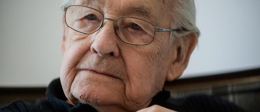 """Andrzej Wajda, wybitny twórca filmowy i teatralny, laureat Oscara za osiągnięcia życia oraz Złotej Palmy w Cannes, reżyser """"Kanału"""", """"Popiołu i diamentu"""", """"Ziemi obiecanej"""", """"Człowieka z żelaza"""", """"Wałęsy. Człowieka z nadziei"""" obchodzi w niedzielę 90. urodziny. """"Tak długo, jak fizycznie będę do tego zdolny, chcę pracować. Pracować z dużą grupą ludzi, jaką jest ekipa filmowa, żeby im odpowiadać na pytania, narzucić swoją energię"""" - zapewnił Wajda w wywiadzie dla Polskiej Agencji Prasowej z okazji jubileuszu."""