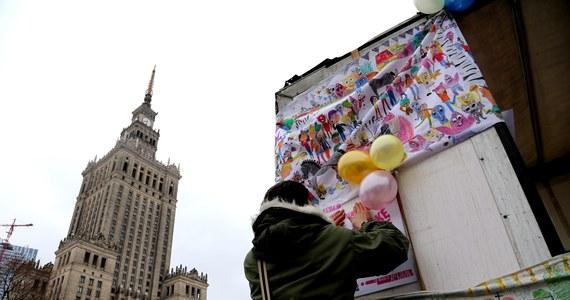 """Pod hasłem """"Aborcja w obronie życia"""", ale także z postulatami dotyczącymi bezpłatnych żłobków i przedszkoli oraz likwidacji umów śmieciowych i nierówności ekonomicznych - manifestowali w niedzielę w Warszawie uczestnicy XVII Manify. To marsz organizowany z okazji Dnia Kobiet."""