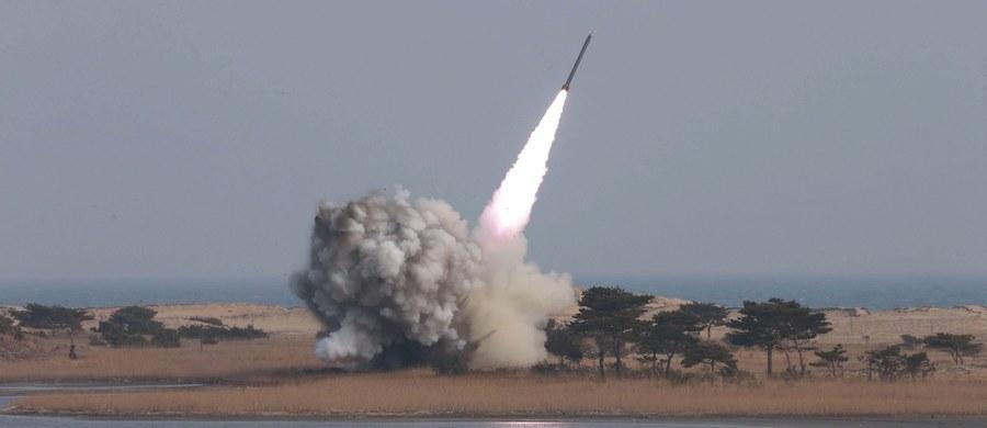 """Korea Północna zapowiedziała, że jeśli USA i Korea Południowa rozpoczną zapowiedziane na dziś wspólne ćwiczenia wojskowe, przystąpi do przeprowadzenia """"na ślepo"""" prewencyjnych ataków nuklearnych na te kraje - podała AFP."""