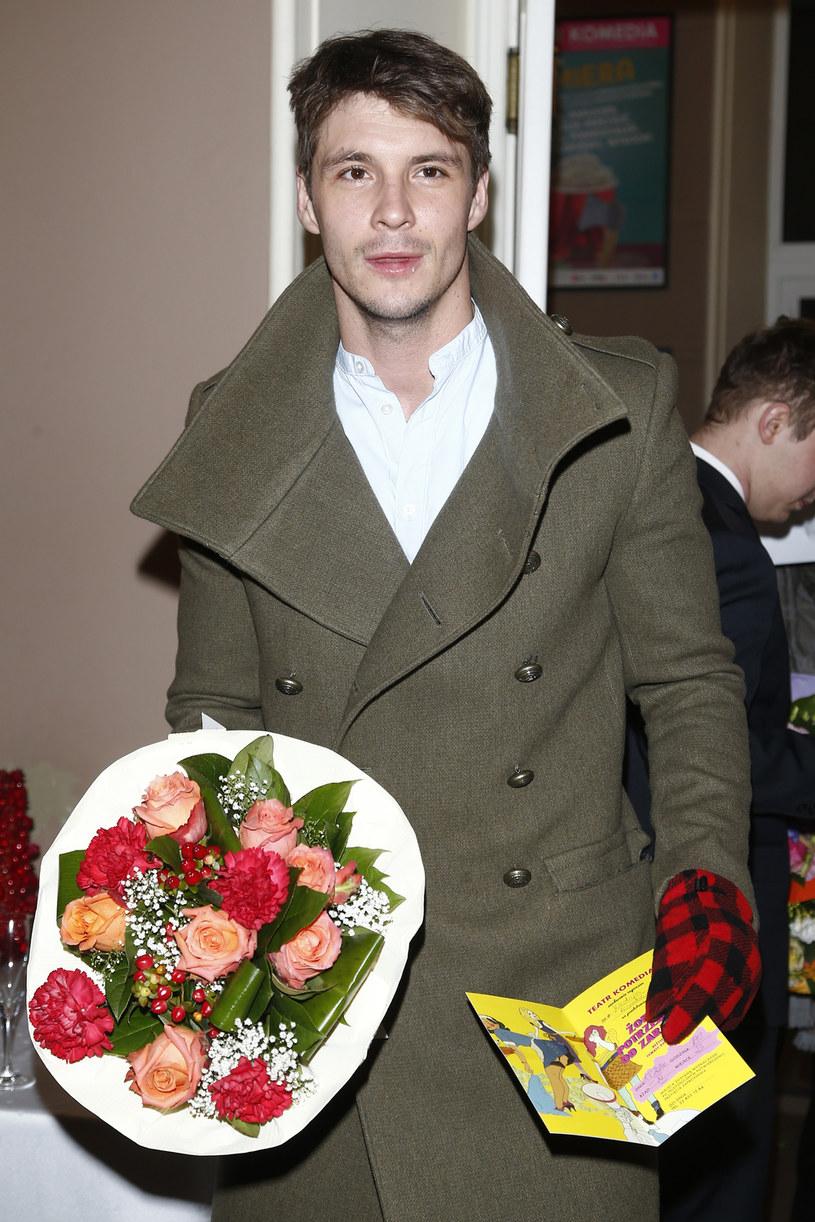 Wszystkim kobietom, z okazji ich święta, życzę dużo wytrwałości z ich mężczyznami, ale też, żeby zawsze czuły się wyjątkowe. Tak po prostu - mówi Mikołaj Roznerski. Popularny aktor paniom w swoim otoczeniu z okazji Dnia Kobiet wręcza głównie kwiaty.