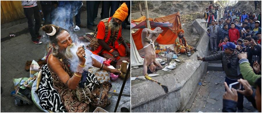 Setki tysięcy hindusów udały się do świątyń, by wziąć udział w jednym z najważniejszych świąt hinduizmu: Mahaśiwaratri, obchodzonym ku czci Śiwy, boga stworzenia i destrukcji.