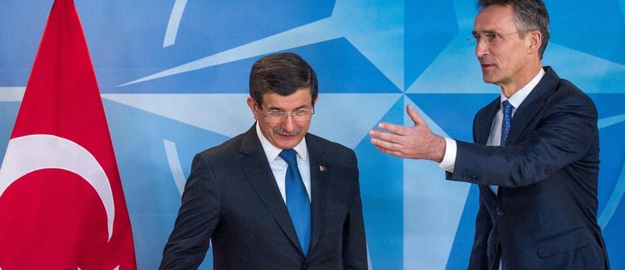 NATO wysłało swe statki na greckie i tureckie wody terytorialne na Morzu Egejskim, by zwalczać sieci przestępcze zajmujące się przemytem imigrantów do Europy - powiedział sekretarz generalny Sojuszu Północnoatlantyckiego Jens Stoltenberg. Dodał, że Francja i Wielka Brytania zgodziły się wysłać swe jednostki.