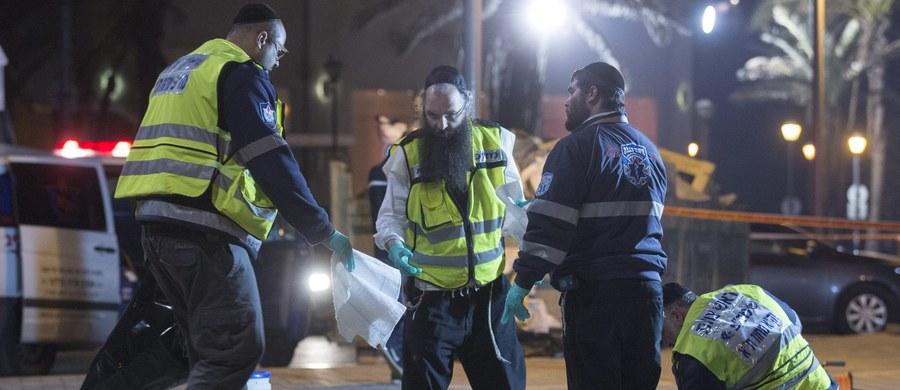 Amerykański turysta zginął, a kilkanaście osób zostało rannych w serii ataków z użyciem noża dokonanych przez jednego sprawcę w Tel Awiwie. Policja zastrzeliła napastnika.