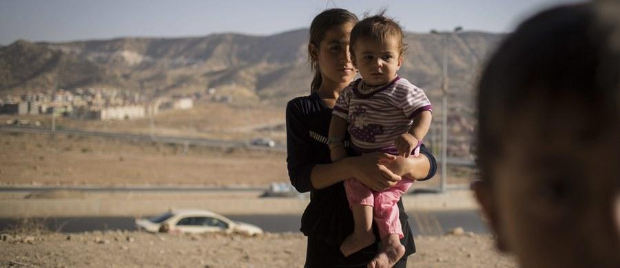 """""""Gwałcili ją w hali, w której była przetrzymywana razem z innymi kobietami porwanymi przez ISIS. Miała 8 lub 9 lat"""". Taki przerażający opis tego, co dzieje się z dziewczynkami i kobietami porwanymi przez ISIS znalazł się w raporcie think-tanku Quilliam dotyczącym sytuacji dzieci na terenach Państwa Islamskiego."""