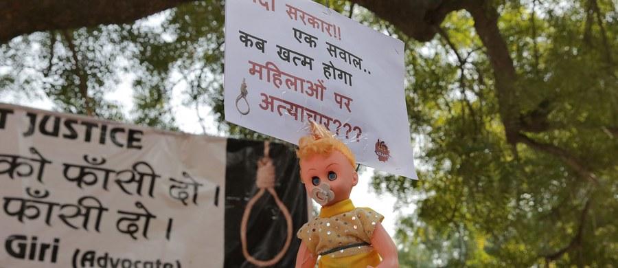 W szpitalu w Delhi zmarła 15-letnia dziewczyna, która w poniedziałek została zgwałcona i podpalona na tarasie swojego domu. Była leczona z powodu rozległych poparzeń.