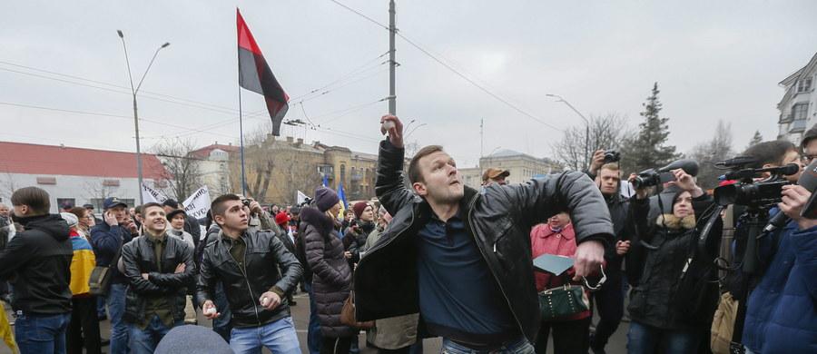 """Kilkaset osób domagało się przed ambasadą Rosji w Kijowie uwolnienia lotniczki Nadii Sawczenko. Wznosili okrzyki """"Putin do Hagi!"""". Ukrainka oczekuje na wyrok rosyjskiego sądu w sprawie o współudział w zabójstwie dwóch rosyjskich dziennikarzy w czasie walk w Donbasie w 2014 roku."""