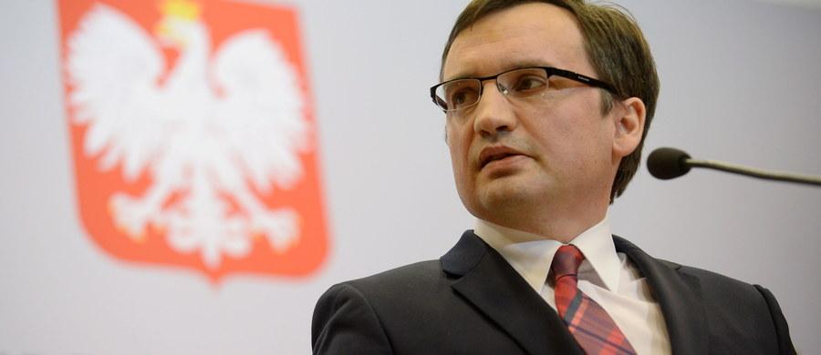 """Rzecznik rządu Rafał Bochenek powiedział po ogłoszeniu wyroku przez Trybunał Konstytucyjny, że """"komunikat"""" TK nie spełnia przesłanek ustawowych, by być uznanym za wyrok. Nie możemy tego komunikatu opublikować - zaznaczył. Podobnego zdania był również minister sprawiedliwości Zbigniew Ziobro. """"Orzeczenie nie ma żadnej mocy prawnej i nie jest prawnie wiążące"""" - mówił szef resortu."""
