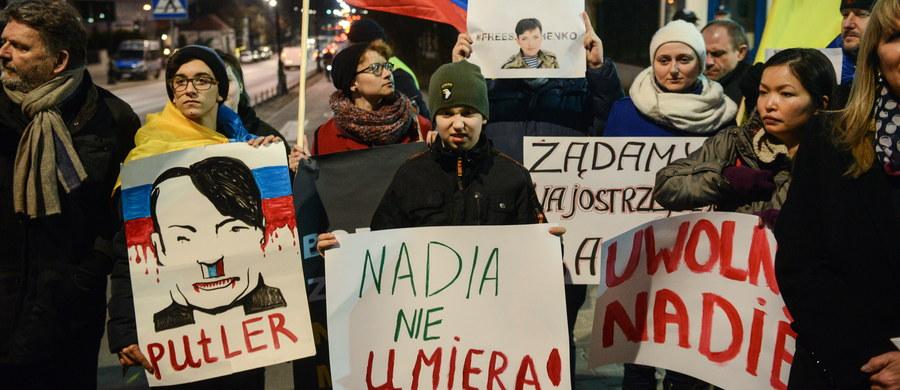 Kilkadziesiąt osób demonstrowało przed ambasadą rosyjską w Warszawie, domagając się uwolnienia Nadii Sawczenko, ukraińskiej pilotki, która oczekuje na wyrok rosyjskiego sądu. Sawczenko oskarżono o udział w zabójstwie dwóch dziennikarzy z Rosji w trakcie walk w Donbasie w 2014 r.