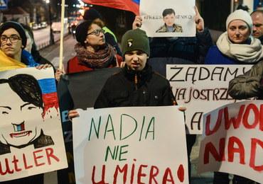 """""""Uwolnić Nadię"""". Demonstracja przed rosyjską ambasadą w Warszawie"""