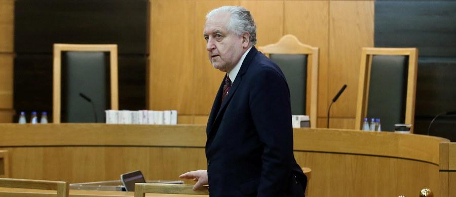 W związku z przeciekiem do mediów projektu środowego wyroku Trybunału Konstytucyjnego prezes TK prof. Andrzej Rzepliński złożył do prokuratury zawiadomienie o możliwości popełnienia przestępstwa - dowiedział się dziennikarz RMF FM Tomasz Skory. Z kolei wczoraj prezes Trybunału nakazał wszczęcie wewnętrznego postępowania, które ma wyjaśnić, jak tajne materiały sędziów wyszły poza TK.
