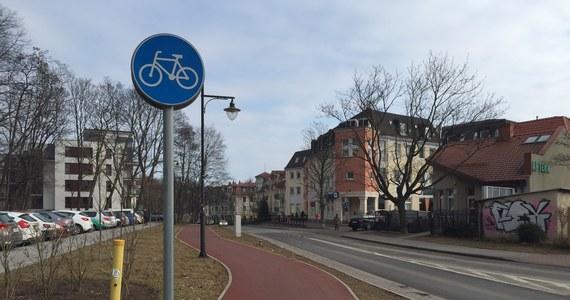 Rowerzysta wygrał przed sądem z sopocką policją. Poszło o to, czy wolno mu jechać ulicą, jeśli biegnie wzdłuż niej także ścieżka rowerowa. Przez liczne zmiany przepisy wciąż są jednak niejasne. Przyznają to i działacze rowerowi, i policjanci.