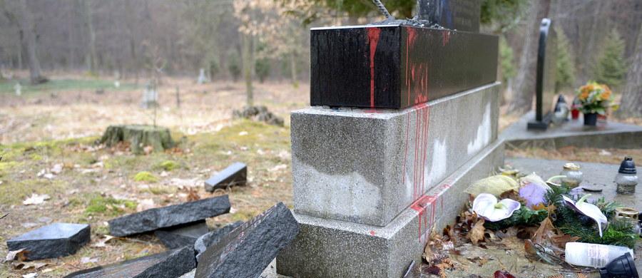 Nieznani wandale rozbili jedną z dwóch tablic pomnika poświęconego żołnierzom UPA i mieszkańcom podkarpackiego Mołodycza. Pomnik znajduje się na dawnym greckokatolickim cmentarzu w tej miejscowości.