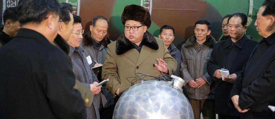 """Przywódca Korei Północnej Kim Dzong Un zarządził przeprowadzenie prób z nowymi zminiaturyzowanymi głowicami nuklearnymi, """"opracowanymi przez północnokoreańskich naukowców"""" - poinformowała oficjalna agencja prasowa KCNA. Według tego źródła, w czwartek Kim Dzong Un obserwował próby z pociskami balistycznymi."""