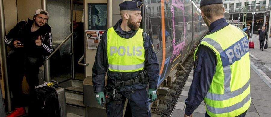 """13 mężczyzn, aresztowanych w związku z planowanym atakiem na ośrodek dla uchodźców w Nynäshamn w Szwecji, zostało wypuszczonych na wolność. Prokurator Nils Lundberg nie podjął jeszcze decyzji, czy wniesie oskarżenie. Jak twierdzi, udowodnienie winy jest niezmiernie trudne. Mężczyźni, w większości Polacy, zostali zatrzymani 8 lutego w pobliżu miejsca, gdzie mieszkają imigranci. W ich samochodach znaleziono siekiery, noże i metalowe przedmioty, które szwedzka policja określiła mianem """"broni do walk ulicznych"""". Istniało podejrzenie, że mężczyźni chcieli zemścić się na uchodźcach za rzekomy napad na młodą Polkę."""