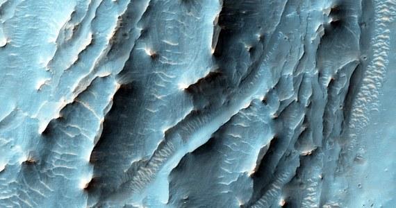 NASA świętuje 10. rocznicę badań Czerwonej Planety z pomocą sondy Mars Reconnaissance Orbiter. 10 marca 2006 roku sonda włączyła silniki na 27 minut, by po siedmiomiesięcznej podróży z Ziemi zwolnić i wejść na orbitę Marsa. Od tego czasu MRO okrążyła planetę 45 tysięcy razy, wykonała ponad 216 tysięcy zdjęć i przesłała na Ziemię 264 terabajty danych. I co najważniejsze, zmieniła naszą wiedzę o czwartej planecie Układu Słonecznego już na zawsze.