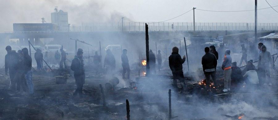 Francuska policja zatrzymała 14 młodych działaczy skrajnej prawicy, którzy podpalali opony i usiłowali nie dopuścić migrantów w Calais do centrum miasta.