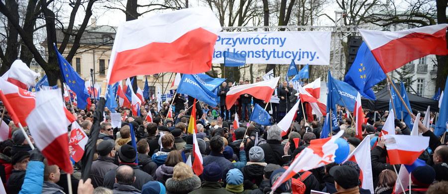 """""""Przywróćmy ład konstytucyjny"""" - pod takim hasłem odbył się w Warszawie marsz protestacyjny. Według informacji przekazanych przez stołeczny Ratusz, w demonstracji wzięło udział ok. 50 tys. osób. Policja mówi o 15 tys. uczestników. Zebrani domagali się od rządu publikacji najnowszego orzeczenia TK. """"Doszliśmy do pewnej ściany - jeśli jej nie przekroczymy, będziemy kierować się w stronę państwa autorytarnego"""" - usłyszał reporter RMF FM Michał Dobrołowicz od jednego z uczestników protestu. Mniejsze protesty odbyły się w innych miastach, m.in. Poznaniu, Wrocławiu, Lublinie, Zielonej Górze i Bielsku-Białej."""