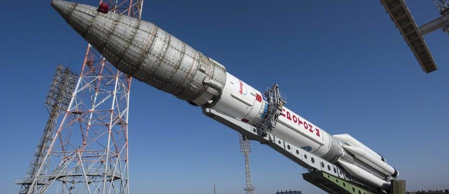 """Z kosmodromu Bajkonur w Kazachstanie wystartowała rakieta Proton-M, która wyniesie w przestrzeń kosmiczną lądownik """"Schiaparelli EDM"""" oraz sondę ExoMars. Urządzenia będą szukać na Marsie śladów życia i badać warunki meteorologiczne planety. W budowę znajdujących się w sondzie narzędzi badawczych zaangażowani byli również polscy naukowcy i rodzime firmy. Lot ma potrwać siedem miesięcy."""