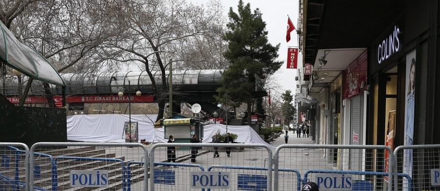 Turecka policja zatrzymała w mieście Sanliurfa na południowym wschodzie kraju cztery osoby w związku z zamachem w Ankarze, w którym zginęło 37 osób. Sanliurfa, zamieszkana głównie przez Kurdów, leży niedaleko granicy z Syrią.